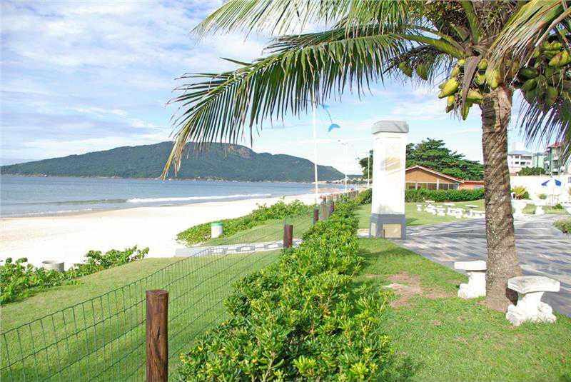 Saída do hotel direta para a praia. Vista externa da propriedade.