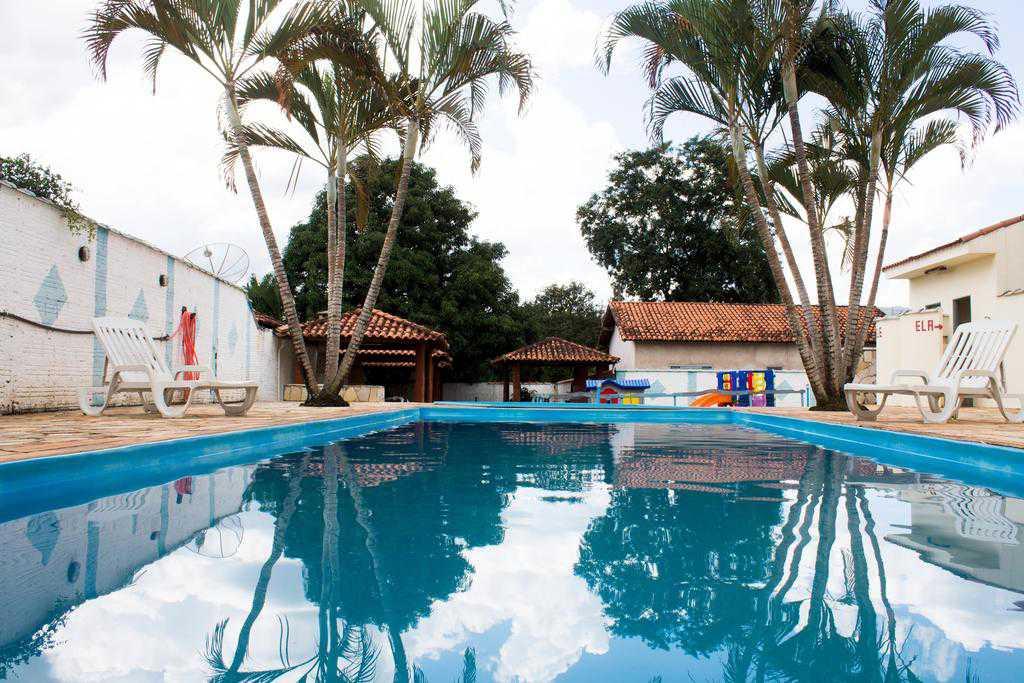 Área de lazer com piscinas e quiosques com churrasqueiras