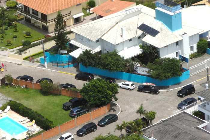 Vista aérea da Pousada. Na frente fica o estacionamento e a piscina.