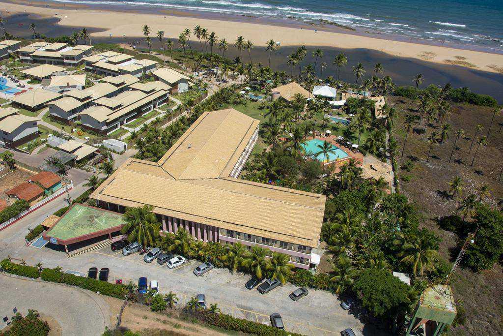 Resort meia pensão em frente à Praia de Imbassaí e com gratuidade para uma criança de até 5 anos.