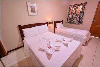 Habitación triple en la Pousada Jurará con cama, aire acondicionado y balcón.