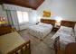 Uma cama de casal mais uma cama de solteiro.