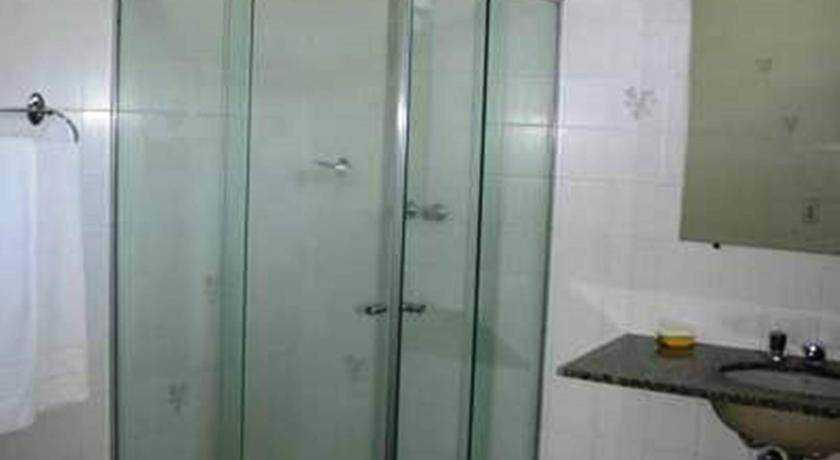 Banheiro do apartamento com varanda na área da sauna
